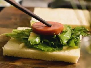 5分钟快手早餐,营养的吐司三明治,吐司上挤上色拉酱后,依次放入备用食材