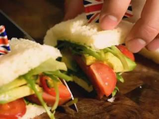 5分钟快手早餐,营养的吐司三明治,将吐司折上来,用牙签固定,最后切对半即可