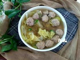 白菜叶粉条肉丸汤