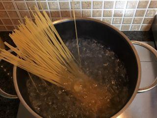 番茄肉酱意面,水开后放入意大利面