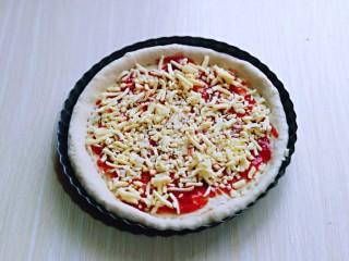 披萨新吃法~奥尔良鸡丁披萨,撒上一层马苏里拉芝士。