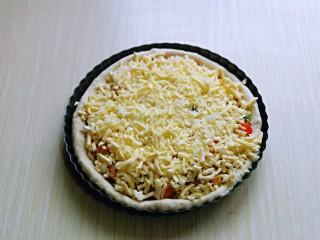 披萨新吃法~奥尔良鸡丁披萨,最后再撒上一层马苏里拉芝士,两个披萨做法一样。