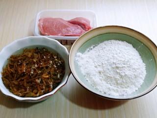 皮薄馅大~发面梅干菜肉饼,准备食材,将梅干菜清水冲洗干净后在浸泡,约30分钟,也要根据梅干菜的品种另定时间,泡发即可。