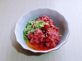 皮薄馅大~发面梅干菜肉饼,再加入切好的葱姜蒜末,搅拌均匀备用。