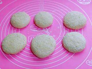 皮薄馅大~发面梅干菜肉饼,依次做完,再将饼胚表面刷上一层油,撒上白芝麻。