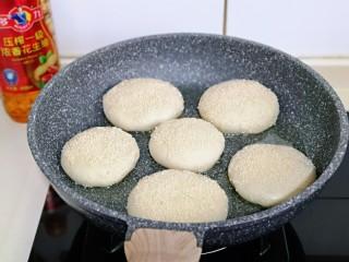 皮薄馅大~发面梅干菜肉饼,起锅,加入花生油,放入饼胚,盖上盖子小火慢煎。(全程小火)