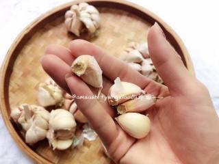 蒜蓉酥,把蒜头外皮撕掉,有坏的也一并捡去,蒜头掰开,掰的时候尽量不要带着蒜头硬的部位,要不还得把硬的部分切除,下面的才好操作