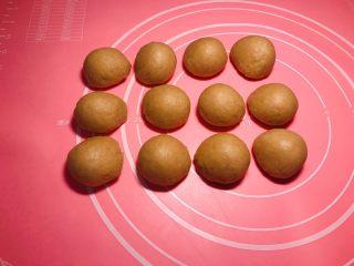 全麦粉紫薯馅华夫饼,面团排气,平均分12份,盖上保鲜膜,再醒发十分钟左右。