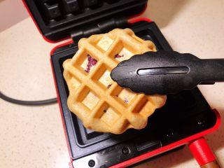 全麦粉紫薯馅华夫饼,用食品夹夹出来。