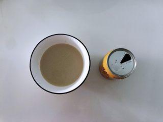 姜黄花卷,饮料做,准备好食材,我用的是什么植物蛋白饮料,不是所有的饮料都可以拿来做面食,一些什么果汁类的还是算了,能喝就喝不能喝的想办法处理就行了,什么奶类的可以拿来和面。