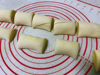姜黄花卷,饮料做,切成长度为8厘米大小均匀的剂子。