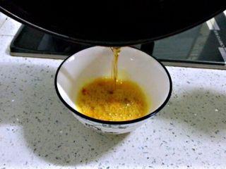 姜黄花卷,饮料做,利用这个时间,姜黄放入碗中,放盐,热锅中加玉米油稍稍有点温度后到入碗中,搅拌均匀。