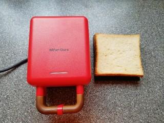 全麦蔬菜三明治,准备好三明治早餐机和全麦吐司。