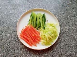 全麦蔬菜三明治,蔬菜分别洗干净切成丝。