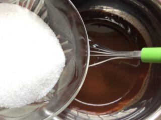巧克力果仁小蛋糕,加入细砂糖搅拌均匀