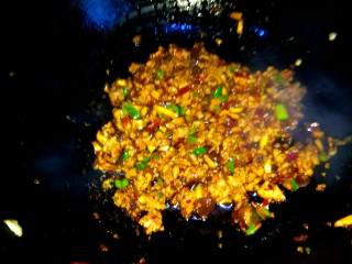 香菇猪肉炸酱面,大火翻炒均匀即可关火