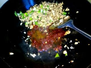 香菇猪肉炸酱面,把香菇肉沫铲到一边,放少量植物油,放入一勺郫县豆瓣酱炒出红油
