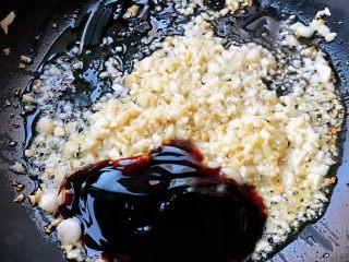 蒜蓉粉丝蒸竹蛏,锅中倒入适量油加热放入蒜蓉爆香再放入蚝油和糖
