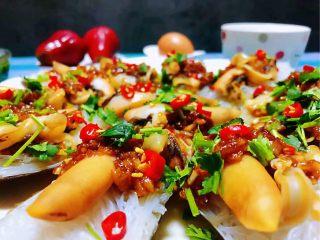 蒜蓉粉丝蒸竹蛏,撒上红辣椒和香菜更佳诱人颜值爆表噢