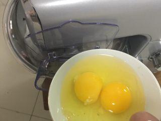红枣全麦面包+小麦预拌粉版,加入鸡蛋,2档速度搅拌1分钟。
