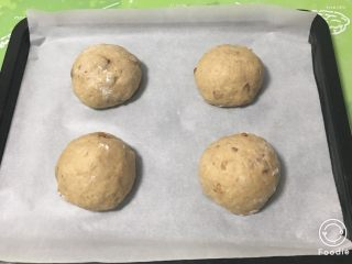 红枣全麦面包+小麦预拌粉版,放入烤盘中。