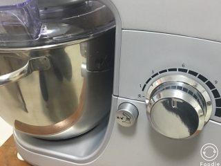 红枣全麦面包+小麦预拌粉版,转5档5分钟,再转9档快速出膜。