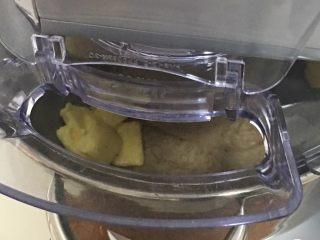红枣全麦面包+小麦预拌粉版,同样低速1分钟。