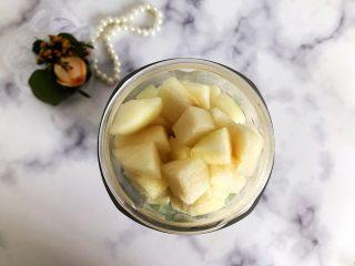 属于春天的果汁~羊角蜜香梨汁,将切好的羊角蜜和香梨放入榨汁机内