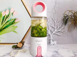 属于春天的果汁~羊角蜜香梨汁,盖上榨汁机盖子,拧到合适位置,这里要注意的是,食材不要放太满,八分就够了,以免影响搅拌,不过按照我的用量来制作,一般情况都是刚刚好的