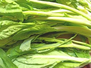 辣炒菜苔,菜苔洗净,用手掰成三节