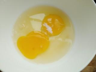 彩蛋四季豆,取一个容器打入鸡蛋加少许盐打散