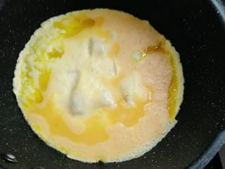 彩蛋四季豆,热锅中火倒入十克油烧热倒入蛋液