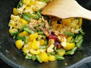 彩蛋四季豆,放入盐,生抽,耗油,胡椒粉