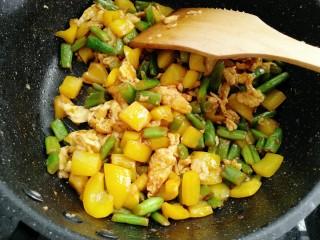彩蛋四季豆,然放入老抽调色炒均匀即可
