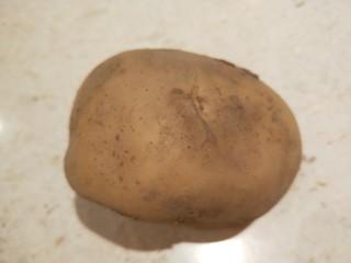 土豆泥火腿鸡蛋饼,土豆去皮洗干净。