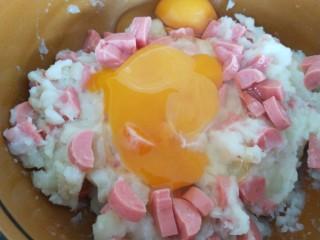 土豆泥火腿鸡蛋饼,加入两个土鸡蛋,很小的,大个的就放一个最好。