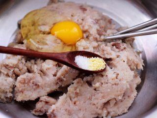 鲜美无比的鲅鱼饺子,把剁碎的鲅鱼肉放入一个大一点的盆子里、放入鸡精和白糖,料酒、花椒粉和打散的一个鸡蛋。