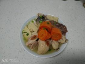 鸡腿、鸡翅、牛肉清炖胡萝卜、鱼块
