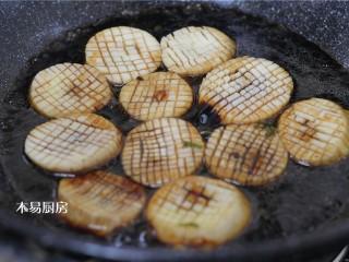 蚝油杏鲍菇,如果你感觉你调的酱汁太少了,可以放一些清水在锅中。一般汤汁的量基本和杏鲍菇持平是最适合的。