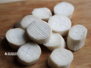 蚝油杏鲍菇,在杏鲍菇厚片的两面,用刀纵横交错切上花纹,注意不要切断。