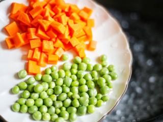 下饭神器小炒藕丁,中烧开水,放入青豆和胡萝卜。
