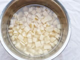 下饭神器小炒藕丁,莲藕去皮洗净,切成藕丁泡入水中。