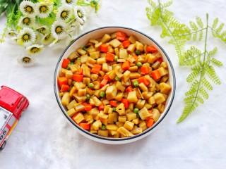 下饭神器小炒藕丁,翻炒匀,加少许水煮至稍干即可出锅。
