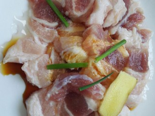 五花肉烧笋,用盐、生抽、葱、姜腌制十五分钟