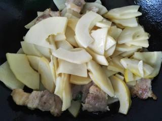 五花肉烧笋,将笋片放入一同翻炒