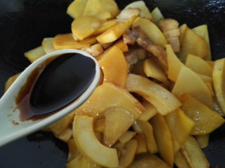 五花肉烧笋,加入一勺老抽翻炒均匀