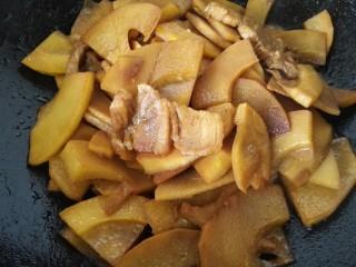 五花肉烧笋,等汁收干入味即可出锅