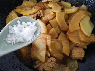 五花肉烧笋,最后加一勺白糖调味即可,也可以放少许盐