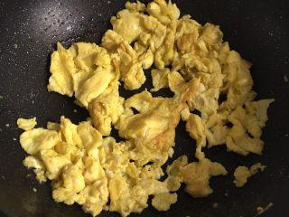 虾仁炒鸡蛋,加入鸡蛋炒匀,盛出备用