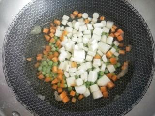 火腿青豆山药丁,水开后加入山药,再次水开后煮两分钟捞出